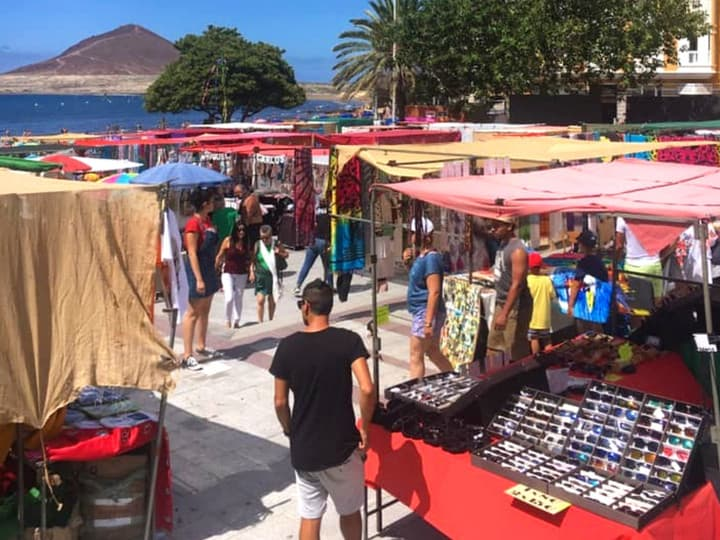 Markt van El Médano met de vele kraampjes